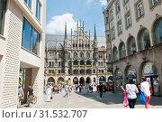 Вид здание Новой ратуши (Neues Rathaus) и площадь Мариенплац. Летний день. Мюнхен. Бавария. Германия (2019 год). Редакционное фото, фотограф E. O. / Фотобанк Лори
