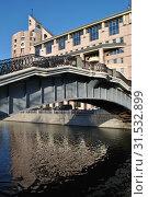 Купить «Второй Шлюзовой мост (пешеходный). Бизнес-центр «Риверсайд Тауэрс» (Космодамианская набережная, 52, строения 1-5). Район Замоскворечье. Город Москва», эксклюзивное фото № 31532899, снято 19 ноября 2014 г. (c) lana1501 / Фотобанк Лори