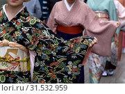 Купить «Модное дефиле в традиционных японских кимоно, повязанных оби (широкий японский пояс), по центральной улице города», фото № 31532959, снято 13 июля 2019 г. (c) Николай Винокуров / Фотобанк Лори