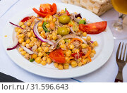 Купить «Spanish cuisine - salad with garbanzos and olives», фото № 31596643, снято 24 января 2020 г. (c) Яков Филимонов / Фотобанк Лори