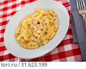 Купить «Close up of tasty warm pasta with smoked salmon at plate on table», фото № 31623199, снято 23 июля 2019 г. (c) Яков Филимонов / Фотобанк Лори