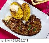 Купить «Roast veal liver with potatoes on a white plate», фото № 31623211, снято 21 июля 2019 г. (c) Яков Филимонов / Фотобанк Лори
