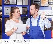 Купить «woman with male seller chooses postbox», фото № 31650523, снято 17 апреля 2018 г. (c) Яков Филимонов / Фотобанк Лори