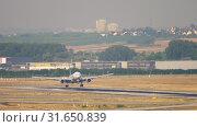 Купить «United Airlines Boeing 777 landing», видеоролик № 31650839, снято 18 июля 2017 г. (c) Игорь Жоров / Фотобанк Лори