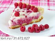 Купить «Малиновый пирог и ягоды малины на тарелке», фото № 31672027, снято 19 июля 2019 г. (c) Елена Коромыслова / Фотобанк Лори