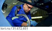 Купить «Engineer repairing an aircraft in hangar 4k», видеоролик № 31672651, снято 24 февраля 2018 г. (c) Wavebreak Media / Фотобанк Лори