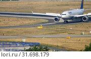 Купить «Lufthansa Airbus A330 taxiing», видеоролик № 31698179, снято 19 июля 2017 г. (c) Игорь Жоров / Фотобанк Лори