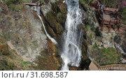 Купить «Камышлинский водопад на Алтае / Aerial video of Kamyshlinsky Waterfall from drone», видеоролик № 31698587, снято 13 июля 2019 г. (c) Serg Zastavkin / Фотобанк Лори