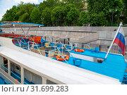 Купить «Tourist Pleasure boats on the Moskva river, Moscow, Russia», фото № 31699283, снято 23 мая 2018 г. (c) Владимир Журавлев / Фотобанк Лори