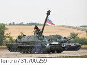 Купить «SAMBEK, ROSTOV REGION, RUSSIA, JUNE 28, 2019: International military technical forum ARMY-2019. Crew of tank get inside the self-propelled howitzer 2S3M «Akatsiya»», фото № 31700259, снято 28 июня 2019 г. (c) Олег Белов / Фотобанк Лори