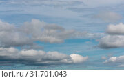 Красивые летние облака плывут по небу на фоне голубого неба. Таймлапс. Стоковое видео, видеограф А. А. Пирагис / Фотобанк Лори