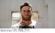 Купить «Graffiti artist with protective mask standing 4k», видеоролик № 31705711, снято 4 февраля 2019 г. (c) Wavebreak Media / Фотобанк Лори