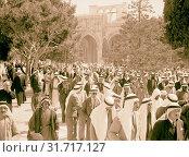 Crowds leaving el-Aksa, al-Aqsa Mosque after Friday prayers, Oct. 7, 1938. Not a fez in sight, Jerusalem, Israel (2018 год). Редакционное фото, фотограф © Liszt Collection / age Fotostock / Фотобанк Лори