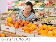 Купить «mother with little boy buying oranges at store», фото № 31765343, снято 20 апреля 2019 г. (c) Яков Филимонов / Фотобанк Лори