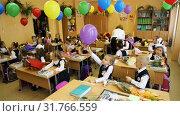 Купить «Children are sitting at the desks in the classroom on the first day of school», видеоролик № 31766559, снято 1 сентября 2018 г. (c) Aleksandr Sulimov / Фотобанк Лори