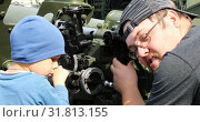 Купить «Father and son study the optics of artillery guns», видеоролик № 31813155, снято 2 сентября 2018 г. (c) Aleksandr Sulimov / Фотобанк Лори