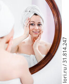 Купить «Woman came from the shower and standing next to the mirror», фото № 31814247, снято 16 сентября 2019 г. (c) Яков Филимонов / Фотобанк Лори