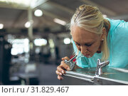 Tired active senior woman drinking tap water in fitness center. Стоковое фото, агентство Wavebreak Media / Фотобанк Лори