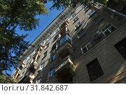Купить «Восьмиэтажный двухподъездный кирпичный жилой дом. Построен в 1953 году. Хитровский переулок, 4. Басманный район. Город Москва», эксклюзивное фото № 31842687, снято 5 сентября 2014 г. (c) lana1501 / Фотобанк Лори