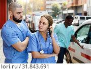 Купить «attentive ambulance team going to call with medical equipment», фото № 31843691, снято 30 ноября 2018 г. (c) Яков Филимонов / Фотобанк Лори