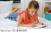 Купить «little girl drawing in sketchbook at home», видеоролик № 31844691, снято 21 июля 2019 г. (c) Syda Productions / Фотобанк Лори
