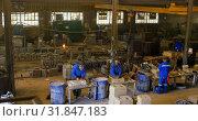 Купить «Workers working together in workshop 4k», видеоролик № 31847183, снято 27 сентября 2018 г. (c) Wavebreak Media / Фотобанк Лори
