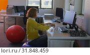 Young caucasian female executive meditating at desk in modern office 4k. Стоковое видео, агентство Wavebreak Media / Фотобанк Лори
