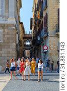 Туристы на площади Святого Иакова, Барселона, Испания. Вид на Мост вздохов (Pont dels Sospirs) в Готическом квартале (2018 год). Редакционное фото, фотограф Ольга Коцюба / Фотобанк Лори