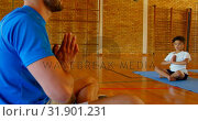 Купить «Yoga instructor teaching yoga to school kid in school 4k», видеоролик № 31901231, снято 10 ноября 2018 г. (c) Wavebreak Media / Фотобанк Лори