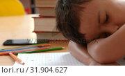 Купить «Side view of Asian schoolboy sleeping on desk in classroom at school 4k», видеоролик № 31904627, снято 17 ноября 2018 г. (c) Wavebreak Media / Фотобанк Лори