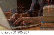 Man typing on laptop . Стоковое видео, агентство Wavebreak Media / Фотобанк Лори