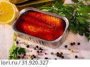 Купить «Open can with mackerel fillet in tomato sauce», фото № 31920327, снято 20 сентября 2019 г. (c) Яков Филимонов / Фотобанк Лори