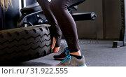 Купить «Beautiful Caucasian woman exercising in a fitness studio 4k», видеоролик № 31922555, снято 26 июня 2018 г. (c) Wavebreak Media / Фотобанк Лори