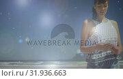 Woman texting by the beach. Стоковое видео, агентство Wavebreak Media / Фотобанк Лори