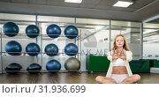 Купить «Woman meditating in the gym 4k», видеоролик № 31936699, снято 25 апреля 2019 г. (c) Wavebreak Media / Фотобанк Лори