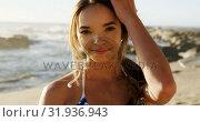 Купить «Beautiful woman standing on the beach 4k», видеоролик № 31936943, снято 24 января 2019 г. (c) Wavebreak Media / Фотобанк Лори