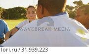 Female soccer team in break time talking on soccer field. 4k. Стоковое видео, агентство Wavebreak Media / Фотобанк Лори