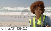 Купить «Front view of African american female volunteer cleaning beach on a sunny day 4k», видеоролик № 31939327, снято 14 февраля 2019 г. (c) Wavebreak Media / Фотобанк Лори