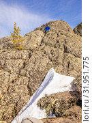 Купить «A handsome mature tourist sits on top of a mountain and enjoys climbing.», фото № 31951775, снято 25 апреля 2019 г. (c) Акиньшин Владимир / Фотобанк Лори