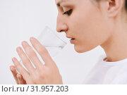 Пьет воду (2018 год). Редакционное фото, фотограф Вера Папиж / Фотобанк Лори