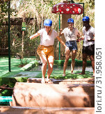 Team of friends overcomes an obstacle course in an amusement park. Стоковое фото, фотограф Яков Филимонов / Фотобанк Лори