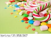 Конфеты. Поздравительный фон с разноцветными конфетами на зеленом фоне. Свободное место для текста. Стоковое фото, фотограф ирина реброва / Фотобанк Лори