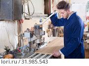 Купить «Working man preparing chipboard for work», фото № 31985543, снято 7 ноября 2016 г. (c) Яков Филимонов / Фотобанк Лори
