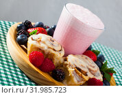 Milkshake with cinnamon buns and berries. Стоковое фото, фотограф Яков Филимонов / Фотобанк Лори