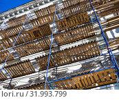Купить «Фасад здания с установленными строительными лесами», фото № 31993799, снято 22 апреля 2019 г. (c) Вячеслав Палес / Фотобанк Лори