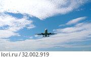 Купить «Airplane approaching over ocean», видеоролик № 32002919, снято 2 декабря 2018 г. (c) Игорь Жоров / Фотобанк Лори