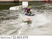 Купить «Вейкбордист прыгает через оранжевый буй», фото № 32003079, снято 28 июля 2019 г. (c) Наталья Николаева / Фотобанк Лори