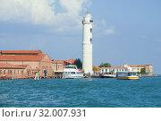 Вид на маяк на острове Мурано (Faro di Мурано) солнечным сентябрьским днем. Венеция, Италия (2017 год). Редакционное фото, фотограф Виктор Карасев / Фотобанк Лори