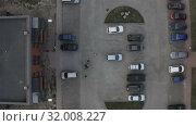 Купить «Aerial photography of a parking zone near residential buildings», видеоролик № 32008227, снято 27 апреля 2019 г. (c) Aleksandr Sulimov / Фотобанк Лори