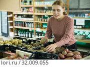 Купить «Woman choosing potatoes among different varieties», фото № 32009055, снято 25 августа 2019 г. (c) Яков Филимонов / Фотобанк Лори